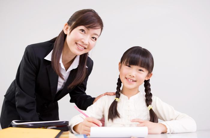 計算問題をする女の子と講師