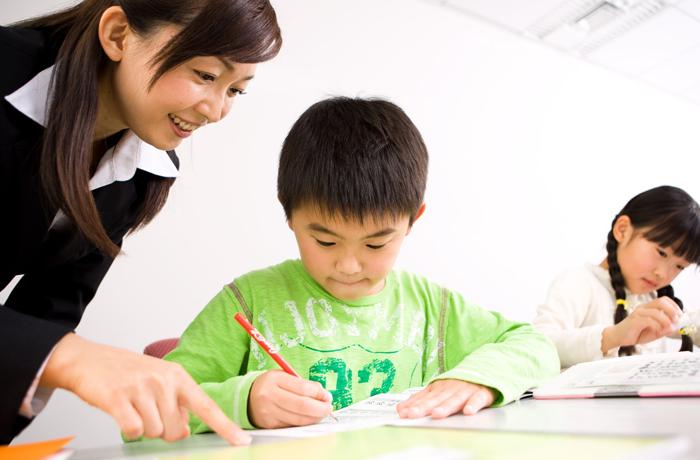 漢字練習をする生徒と講師