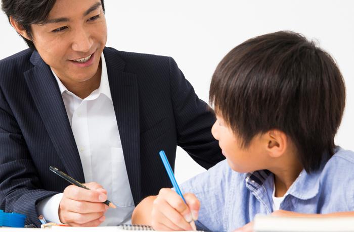教える講師と学習習慣をつける小学生