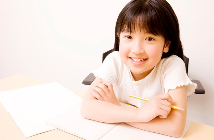 勉強を楽しむ小学生